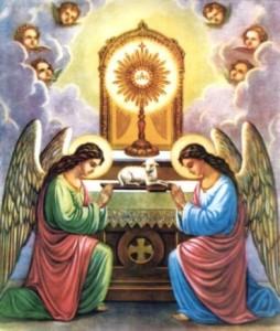 Angeli cha adorano l'Eucaristia