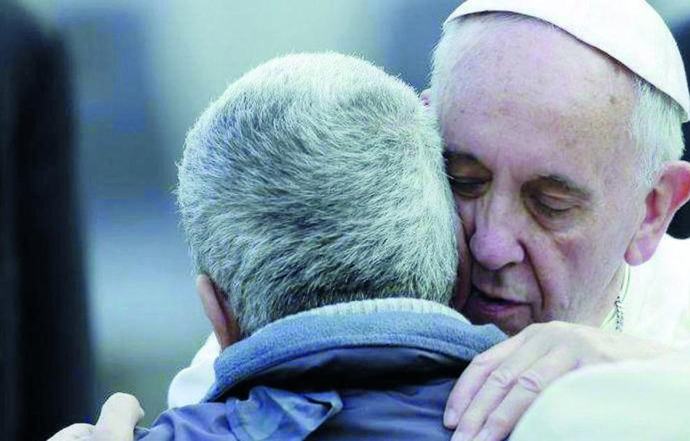 Papa-Francesco_abbraccia-990x633